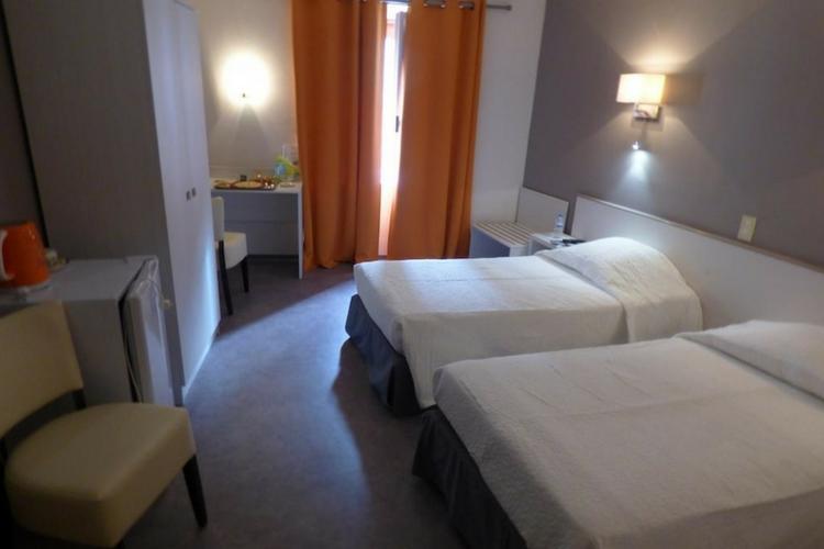 chambres partir de 53 h tel du centre pierrelatte chambre lits jumeaux site officiel. Black Bedroom Furniture Sets. Home Design Ideas